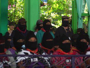 O subcomandante Galeano e membros do EZLN durante a abertura da Comissão Nacional Indígena.