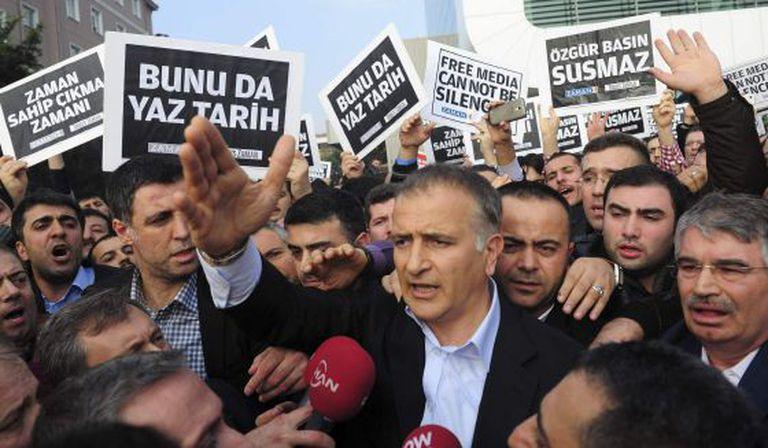 O editor-chefe do 'Zaman', Ekrem Dumanli, rodeado de colegas.