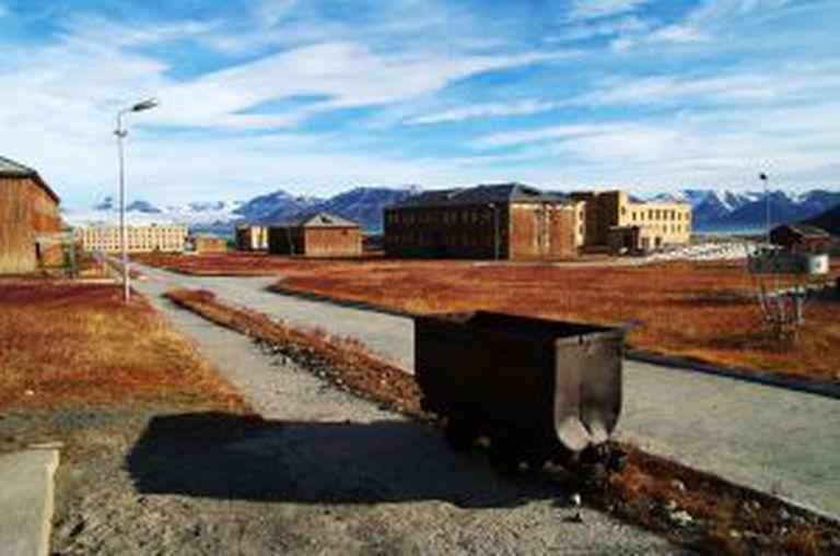 Vista de Pyramiden, assentamento mineiro soviético abandonado nas ilhas Svalbard (Noruega).