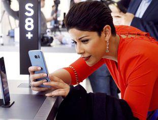 Mulher experimenta seu novo Galaxy S8.