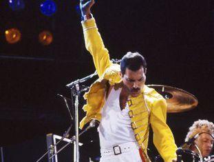 Hoje se comemoram 25 anos da morte do líder do Queen. Nesta gravação de um concerto no Estádio de Wembley estão resumidos os poderes do cantor