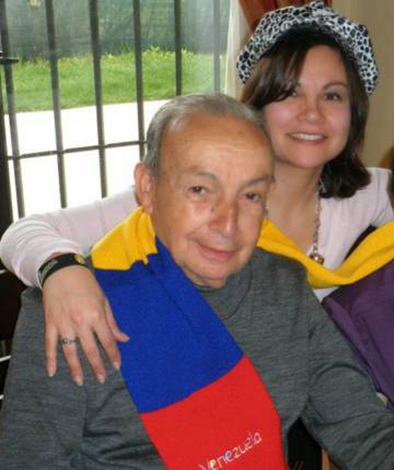 Ernesto com sua filha María e sua esposa Inés, no Natal passado.