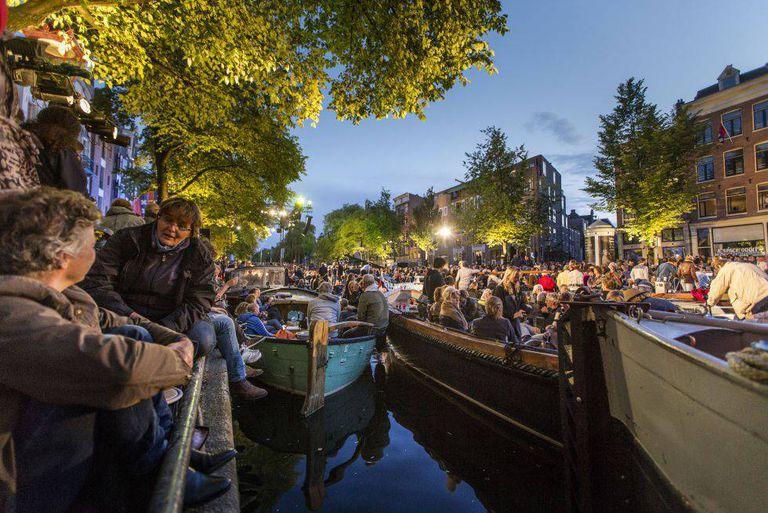 Barcas no canal de Prinsengracht, em Amsterdã, durante o Grachtenfestival.