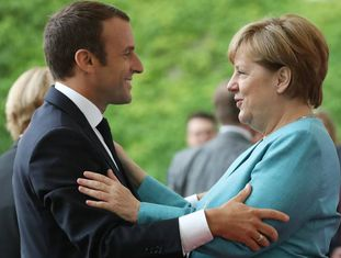 Angela Merkel cumprimenta o presidente francês Emmanuel Macron em Berlim.