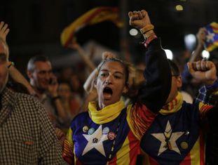 Eleitores a favor da independência da Catalunha neste domingo.