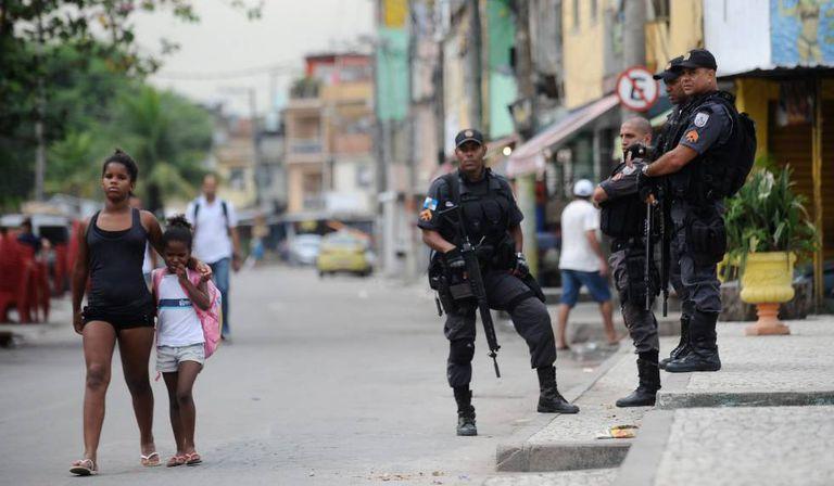 Policiais na favela da Maré.
