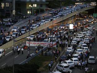 Taxistas protestaram e fecharam a avenida 23 de Maio, em São Paulo.