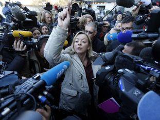 A porta-voz de Schumacher, Sabine Kehm, rodeada de jornalistas.