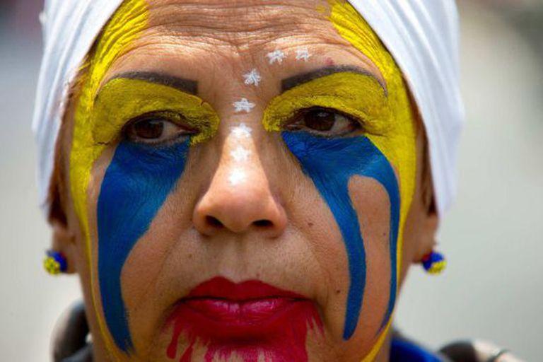 Uma manifestante durante protestos em Caracas.