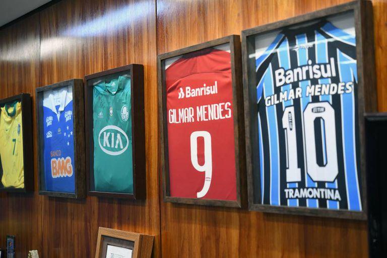 Coleção de camisetas do ministro Gilmar Mendes, em seu gabinete no STF.