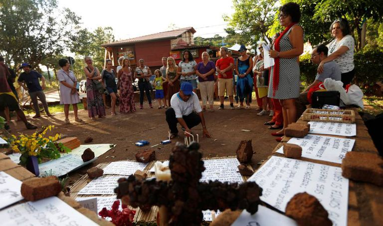 Moradores de Brumadinho realizam homenagem às vítimas.