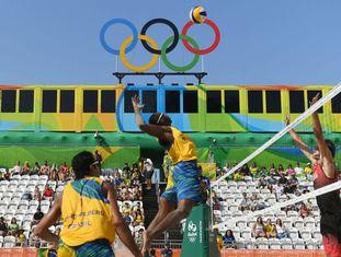 Jogo de vôlei de praia do Brasil contra o Canadá