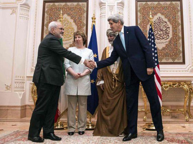 Da esquerda para a direita, o negociador iraniano Zarif, a europeia Ashton, o ministro das Relações Exteriores de Omã, Alawi, e o norte-americano Kerry, ontem em Mascate.