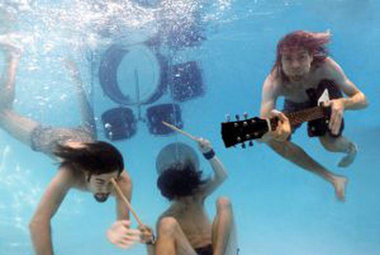 Novoselic, Grohl e Cobain, na sessão de fotos que resultaria na capa de 'Nevermind'.
