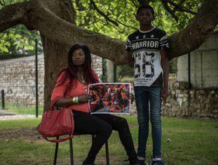 Khingsley e sua mãe, Judith, salvos pelo 'Open Arms', com a foto do seu resgate.