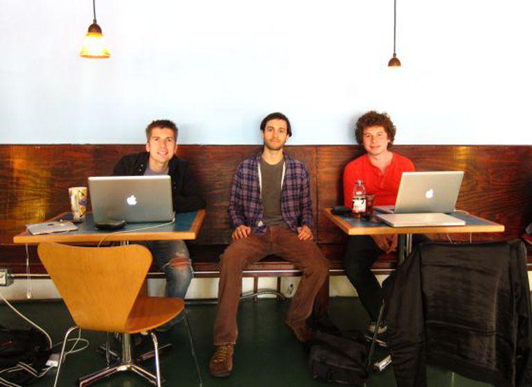 Mike Matas, no centro, junto à equipe de Push Pop Press.