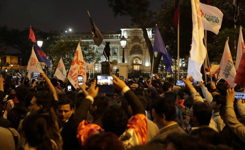 Seguidores de Martín Vizcarra em frente ao Congresso na noite de terça-feira.