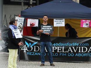 """Celene Salomão, à esquerda, junto a outros integrantes do grupo """"40 Dias Pela Vida SP"""", pedem pelo fim do aborto em frente ao hospita."""