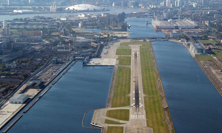 A pista de pouso e decolagem do aeroporto London City, ao lado do rio Tâmisa.