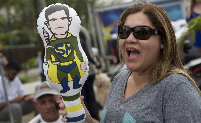 Apoiadora de Bolsonaro empunha boneco inflável de Sergio Moro.