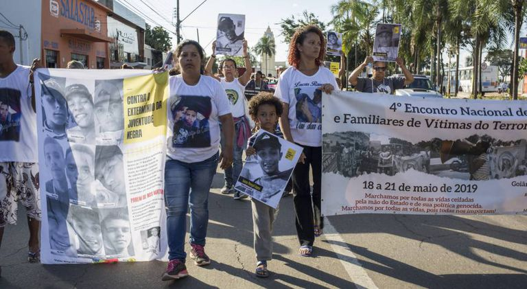 Marilene Araújo, à esquerda, e Luciana Lopes, à direita, participam de ato com outras mães em Goiânia.