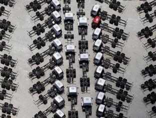 Imagem aérea mostra vários caminhões recém-fabricados no estacionamento da montadora Ford, em São Bernardo do Campo, na Grande São Paulo, no último dia 12.
