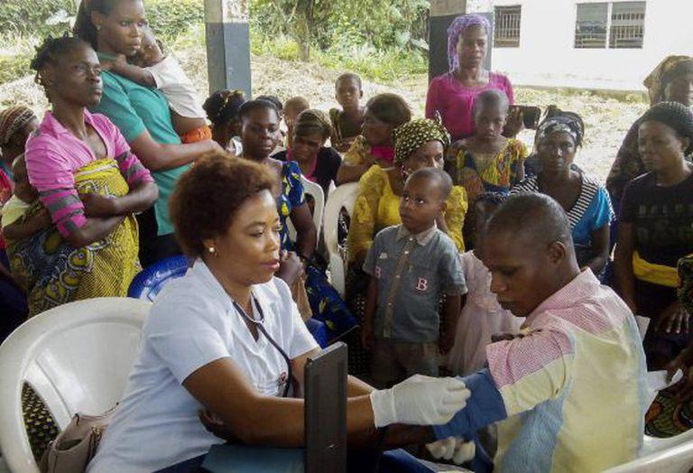 Uma voluntária participa de um programa médico na Nigéria.
