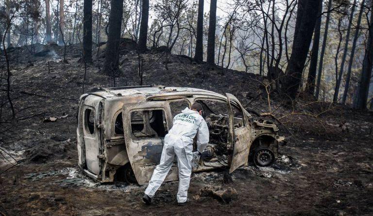 Perito examina veículo queimado em Chandebrito, onde morreram duas pessoas..