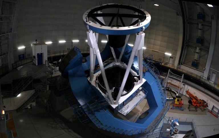 O telescópio de 3,5 metros do Observatório de Calar Alto, onde opera o instrumento Carmenes.