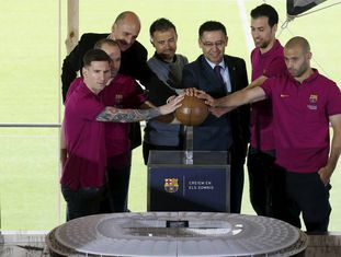 Os capitães do Barça e o presidente com a maquete do Camp Nou.