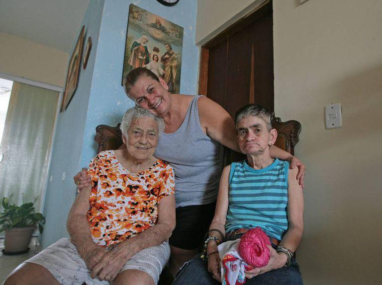 Rosa cuida da mãe com Alzheimer e da irmã, com epilepsia