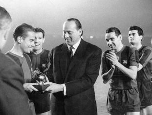 O espanhol Luis Suárez recebe das mãos do subdiretor do jornal francês L'Equipe a Bola de Ouro de melhor jogador, em Barcelona, em 1961.