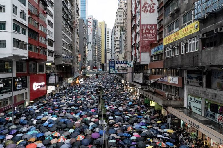 Milhares de pessoas se manifestam neste domingo em Hong Kong.