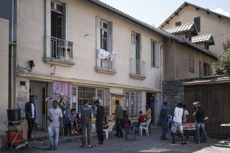 Imigrantes reunidos em um centro cívico em Briançon (França)