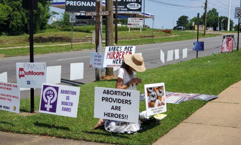 Jeanne Paxon rezando na sexta-feira em frente ao Centro de Serviços Sanitários Reprodutivos em Montgomery (Alabama).