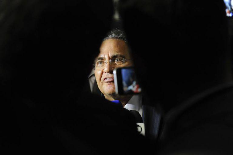 Renan fala à imprensa após retirar a candidatura.