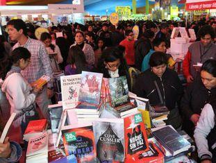 Visitantes da Feira do Livro de Lima.