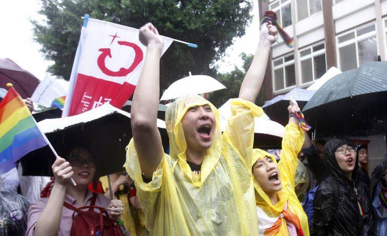 Ativistas comemoram a aprovação do casamento gay em Taipei.