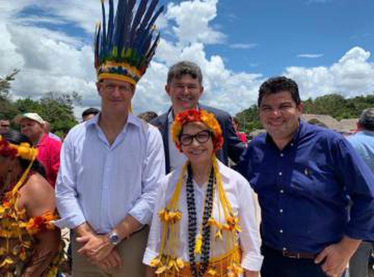Os ministros da Agricultura e Meio Ambiente, Tereza Cristina e Ricardo Salles, durante encontro em aldeia no Mato Grosso.