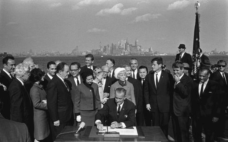 Lyndon Johnson assina a Lei de Imigração de 1965, em Nova York.