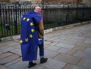 Manifestante deixa a concentração contra o 'Brexit', na terça.