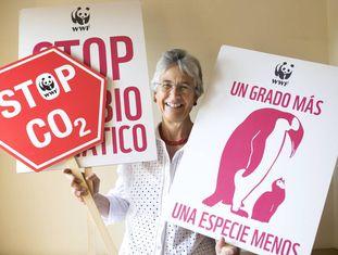 Yolanda Kakabadse segura cartazes contra a mudança climática.