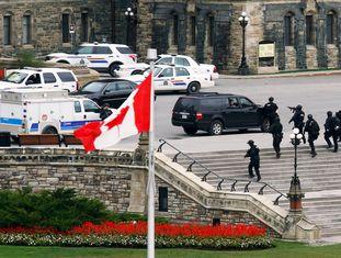 O suposto autor dos disparos em Ottawa contra um soldado e do ataque ao edifício do Parlamento canadense foi abatido pela Policía, que investiga se outras duas pessoas participaram na ação. Na imagem, policiais no exterior do Parlamento de Ottawa (Canadá).