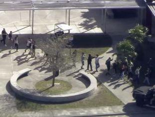 Expulso por indisciplina, atirador lançou bombas de fumaça, disparou com fuzil e foi preso fora da escola