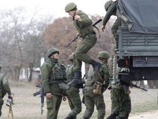 Militares russos no aeroporto da cidade de Belbek, nesta terça-feira.
