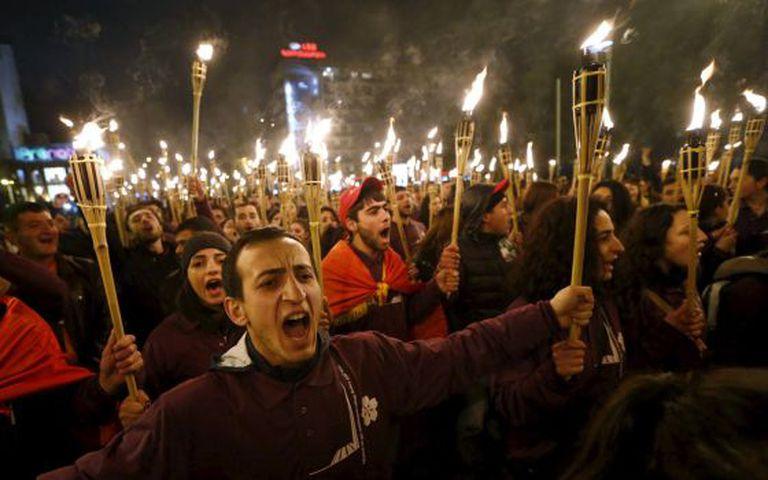Um multidão recorda o início do genocídio armênio nesta sexta-feira, em Yerevan, Armênia.