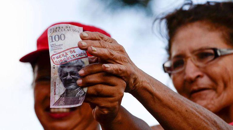 Apoiadora de Maduro exibe nota