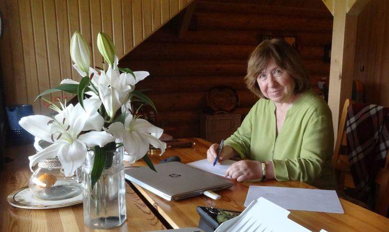 Svetlana Alexiévich, no escritório de sua 'dacha' em Silichy (Bielorrússia).