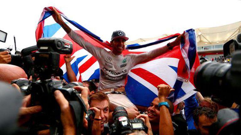 Hamilton comemora o título.