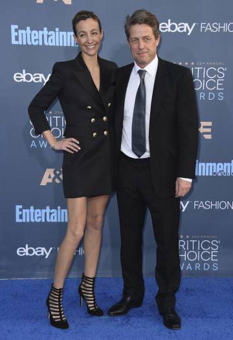 Hugh Grant, com a namorada.